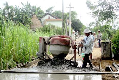 Người dân hăng hái tham gia làm đường giao thông nông thôn.