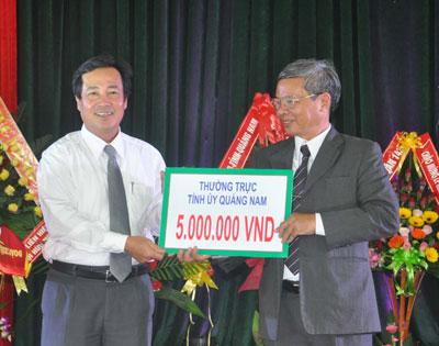 Phó Chủ tịch UBND tỉnh Huỳnh Khánh Toàn trao tiền của Thường trực Tỉnh ủy ủng hộ cho quỹ  suất cơm miễn phí cho sinh viên nghèo.