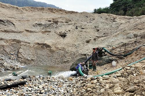Tình trạng khai thác khoáng sản trái phép tại Nam Giang đã được chấn chỉnh. Trong ảnh: Khai thác vàng trái phép tại Thành Mỹ trước đây.  Ảnh: NG.ĐOAN