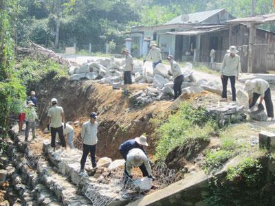Kè rọ đá nhằm đảm bảo lưu thông trên tuyến quốc lộ 14G (Đà Nẵng - Quảng Nam). Ảnh: C.T