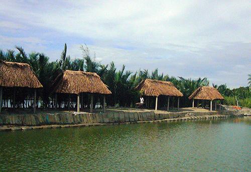 Chòi ẩm thực và hóng mát phục vụ du khách dựng ven bờ hồ câu cá giải trí.