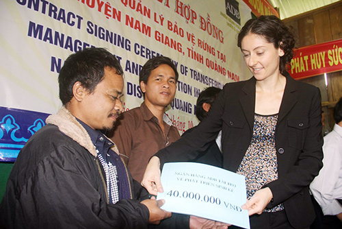 Bà Lauren N. Sorkin trao tặng sổ tiết kiệm cho người dân từ nguồn hỗ trợ của Ngân hàng Phát triển châu Á ADB. Ảnh: Phương Giang
