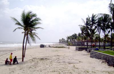Bờ biển Điện Bàn vẫn chưa bị xâm thực.Ảnh: T.V.LỘC