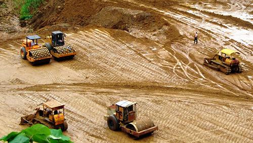 Những năm gần đây Phước Sơn đầu tư mạnh cho hạ tầng giao thông. TRONG ẢNH: Mở đường giao thông tại xã Phước Đức. Ảnh: T.H