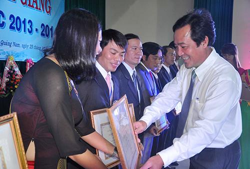 Phó Chủ tịch UBND tỉnh Huỳnh Khánh Toàn trao bằng khen của UBND tỉnh cho các cá nhân, tập thể trường Cao đẳng Y tế Quảng Nam.