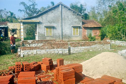 Việc xây dựng nhà ở của hộ ông Nguyễn Thanh Ca bị UBND xã Tam Phú đình chỉ do chưa có giấy phép xây dựng.