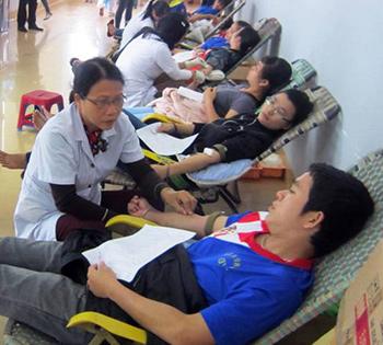 Sinh viên trường Đại học Quảng Nam tham gia hiến máu tình nguyện.