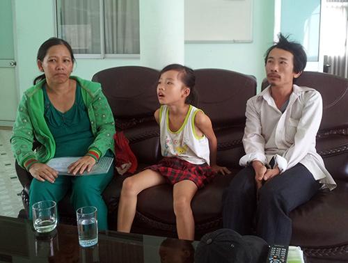 Vợ chồng chị Chung và cháu Bích Ngọc tại Tòa soạn Báo Quảng Nam. Ảnh: Kim Phượng