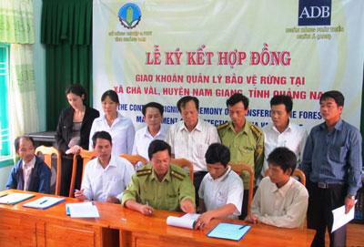 Lễ ký kết hợp đồng giao khoán bảo vệ rừng tại xã Chà Vàl, huyện Nam Giang vào ngày 23.10.