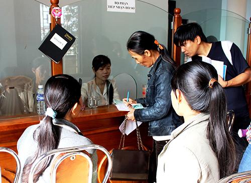 """Bộ phận """"một cửa"""" tại BHXH tỉnh và 18 huyện, thành phố giúp tiếp nhận và trả kết quả cho người dân nhanh hơn.Ảnh: D.L"""