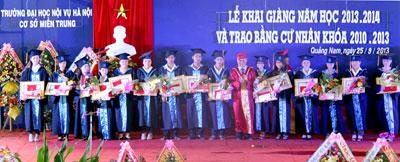 Trao bằng cử nhân cho sinh viên khóa 2010 - 2013.