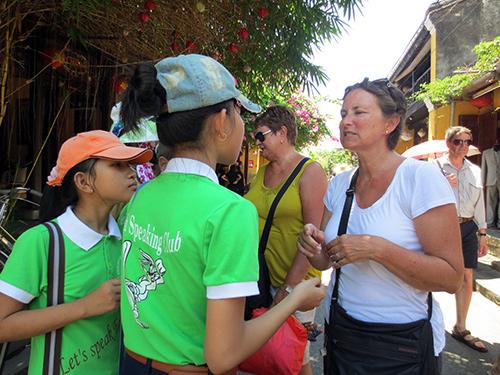Thành viên CLB tiếng Anh trường THCS Nguyễn Huệ giao lưu với khách nước ngoài tại Hội An.