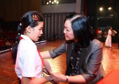 Ảnh 1: Bà Trương Thị Mai - Chủ nhiệm Ủy ban về các vấn đề xã hội của Quốc  hội trao quà cho các