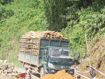 Xe chở đầy keo liều lĩnh đi qua đoạn đường bị sụt lún trên tuyến ĐT611.