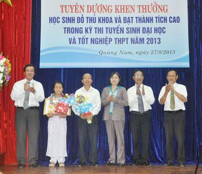 Với thành tích thi đỗ vào trường Đại học Y dược Huế năm 2013 với 28,25 điểm, em Phan Thị Giao Uyên (trường THPT chuyên Nguyễn Bỉnh Khiêm) được UBND tỉnh khen thưởng. Ảnh: X.P