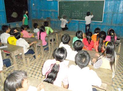 Lớp học đêm ở trường THCS xã Trà Linh.Ảnh: HOÀNG THỌ