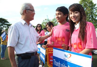 Ông Trần Châu Khanh - Chủ tịch Hội đồng hương Quảng Nam tại TP.Hồ Chí Minh động viên các đội bóng tham gia giải. Ảnh:  THIÊN BÌNH