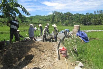 Phụ nữ Quế Thọ làm đường bê tông nông thôn.Ảnh: DUY THÁI