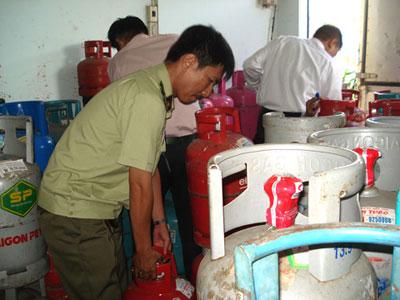 Kiểm tra một cơ sở kinh doanh gas - khí hóa lỏng. Ảnh: T.ANH
