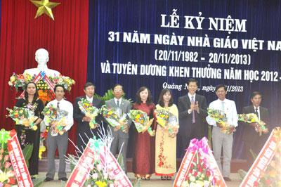 Phó Bí thư Thường trực Tỉnh ủy Nguyễn Văn Sỹ tặng hoa chúc mừng các tập thể, cá nhân được đề nghị Chủ tịch nước và Thủ tướng  khen thưởng.