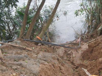 Chất thải được nối ống xả trực tiếp xuống sông. Ảnh: V.H