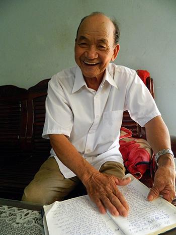 Ông Bùi Phu (làng Thuận An), người có đến 6 con đều tốt nghiệp đại học. Ảnh: L.QUÂN