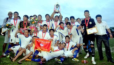 Chiếc cúp vô địch Giải vô địch bóng đá tỉnh Quảng Nam năm 2013 là cúp vô địch thứ 3 sau ba giải đại hội của TP.Tam Kỳ.Ảnh: AN NHI