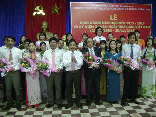 Tập thể Trường TC Văn hóa, Nghệ thuật - Du lịch Quảng Nam nhận hoa chúc mừng từ đại diện lãnh đạo Sở VH,TT-DL Quảng Nam