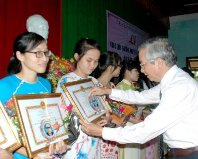 Lãnh đạo huyện Núi Thành trao tặng Giải thưởng Võ Chí Công lần thứ 5. Ảnh: ĐOÀN ĐẠO