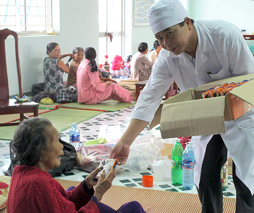 Trong những ngày mưa lũ vừa qua, y - bác sĩ Trung tâm Y tế huyện Duy Xuyên luôn hết lòng quan tâm, chăm sóc bệnh nhân.Ảnh: Giác Nhi