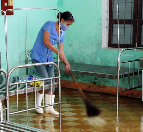 Sáng 17.11, nước rút đến đâu cán bộ và nhân viên Trung tâm Y tế Duy Xuyên dọn dẹp vệ sinh đến đó.