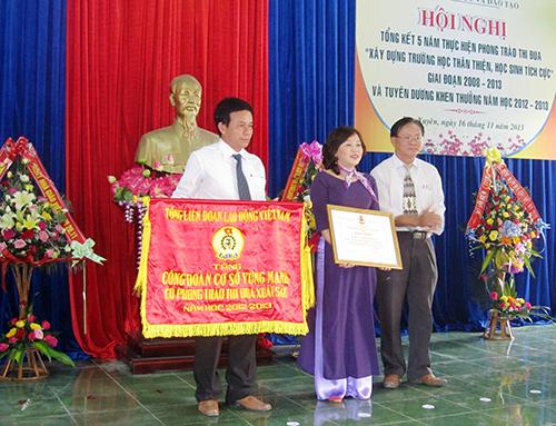 Trao cờ thi đua xuất sắc cho Trường Tiểu học số 3 Nam Phước sáng 19.11