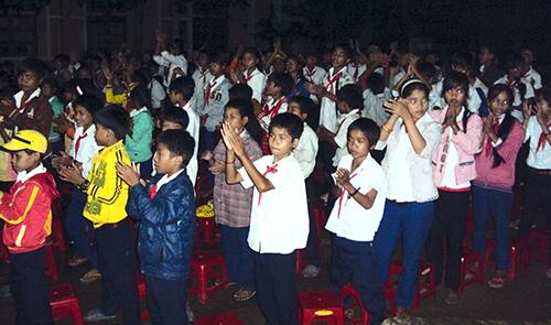 Học sinh trường Phổ thông Dân tộc bán trú THCS Nguyễn Bá Ngọc hào hứng tham gia đêm sinh hoạt thứ Sáu.Ảnh: V.CHINH