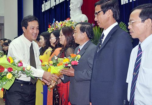 Phó Chủ tịch UBND tỉnh Huỳnh Khánh Toàn tặng hoa chúc mừng các thầy, cô giáo tại Lễ kỷ niệm 31 năm ngày Nhà giáo Việt Nam do Sở GDĐT tổ chức.Ảnh: TƯỜNG VY