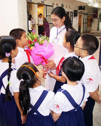 Học sinh tặng hoa chúc mừng thầy cô nhân ngày 20.11.
