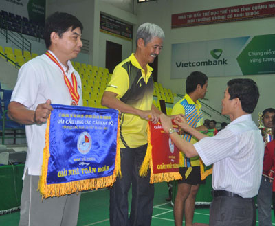 Phó Bí thư Thường trực Tỉnh ủy, Chủ tịch Liên đoàn Cầu lông tỉnh - Nguyễn Văn Sỹ tặng cờ toàn đoàn cho các CLB. Ảnh: T.V