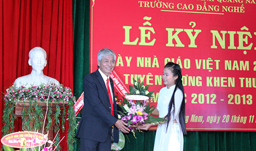 Học sinh tặng hoa chúc mừng đại diện thầy cô Trường CĐ nghề Quảng Nam.