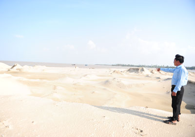 Bãi cát sạt lở gây bồi lấp. Ảnh: M.HẢI