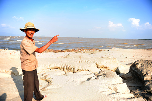 Một khối lượng lớn cát đã vùi lấp luồng Cửa Đại. Ảnh: MINH HẢI