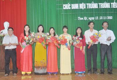 Lãnh đạo Sở Nội vụ và UBND TP.Tam Kỳ tặng hoa động viên các thí sinh dự thi hiệu trưởng trường tiểu học năm 2013. Ảnh: X.PHÚ
