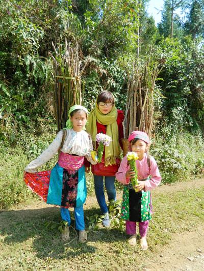 Cùng các em bé người Mông chúng tôi gặp trên lộ trình. Ảnh: S.ANH