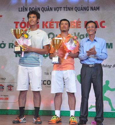 Giải Quần vợt Quảng Nam mở rộng năm 2013 thu hút một số tay vợt đẳng cấp quốc gia tranh tài.Trong ảnh : Đôi vợt Lâm Quang Chí - Võ Đức Nguyên đến từ TP.Hồ Chí Minh  nhận giải Nhất.