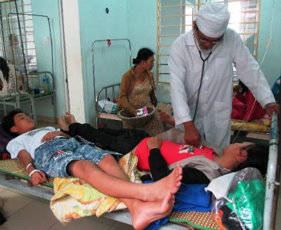 Do quá tải nên 2 bệnh nhân bị sốt xuất huyết phải nằm chung 1 giường.