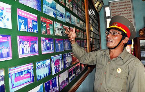 """Ông Nguyễn Trãng giới thiệu hình ảnh về một số hoạt động """"làm theo gương Bác"""" của CCB xã Duy Hòa. Ảnh: ĐOAN ANH"""