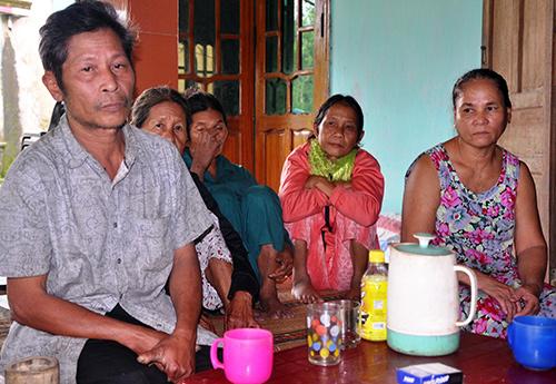 Bà Trần Thị Như Trúc (người đầu tiên bên phải) và một số người dân thôn 3 – xã Trà Kót trình bày về việc hỗ trợ tiền chính sách cho xã. Ảnh: T.H