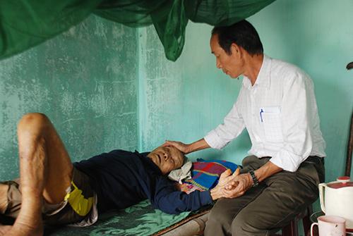 Ông Nguyễn Hữu Quang thăm hỏi sức khỏe cụ Trương Khâm.Ảnh: Đ.ĐẠO