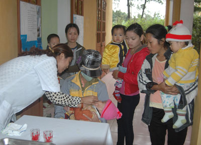 Cho trẻ uống vitamin A tại trạm y tế. Ảnh: T.A