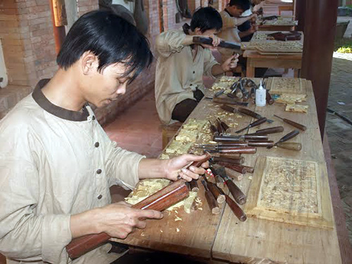 Wood carving craft village at  VINAHOUSE destination. Photo: Kim Bao.