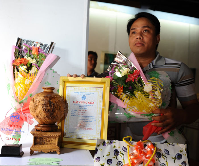 Disabled artisan Le Tien Vi awarded the second prize .