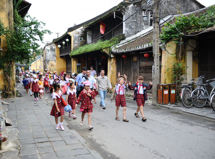 Elementary students on the way to visit Hoi An's heritages.